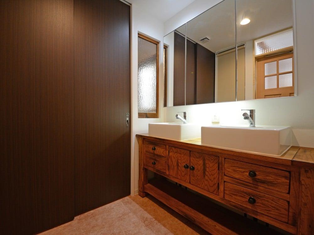 脱衣所と洗面室との間の仕切りの扉