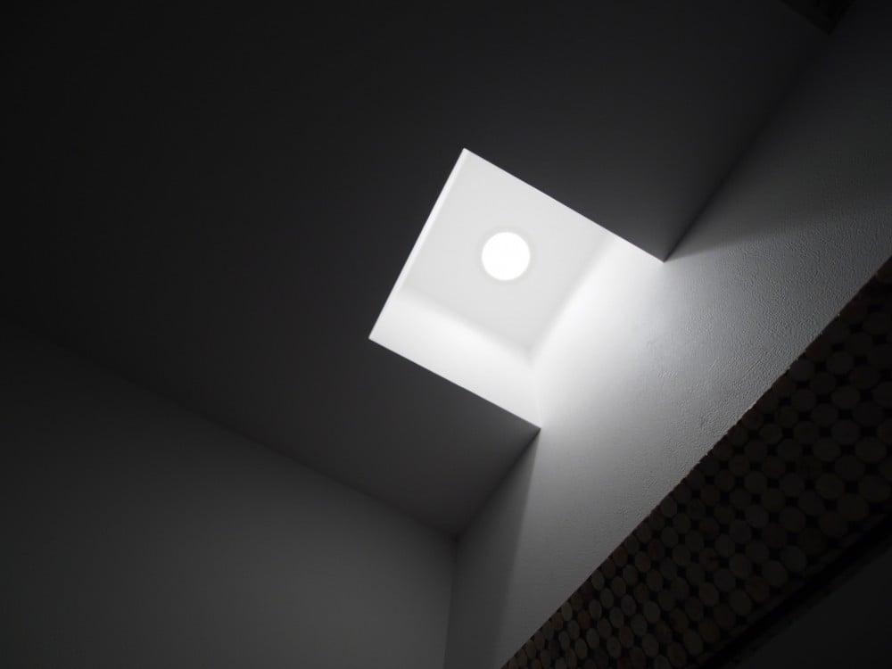 窪みを付けてせっちした照明