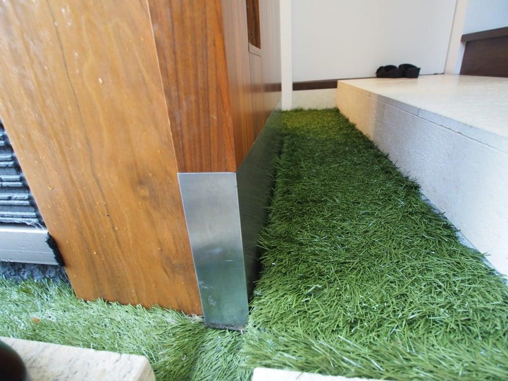 人工芝は扉の下まで引きこまれています