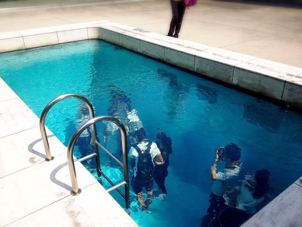 これが21世紀美術館に展示されている「レアンドロのプール」
