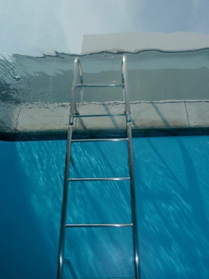 中から見上げたプールのはしご