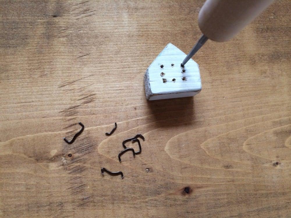 キリで穴を開けて、ワイヤーを刺すという簡単ワイヤークラフト