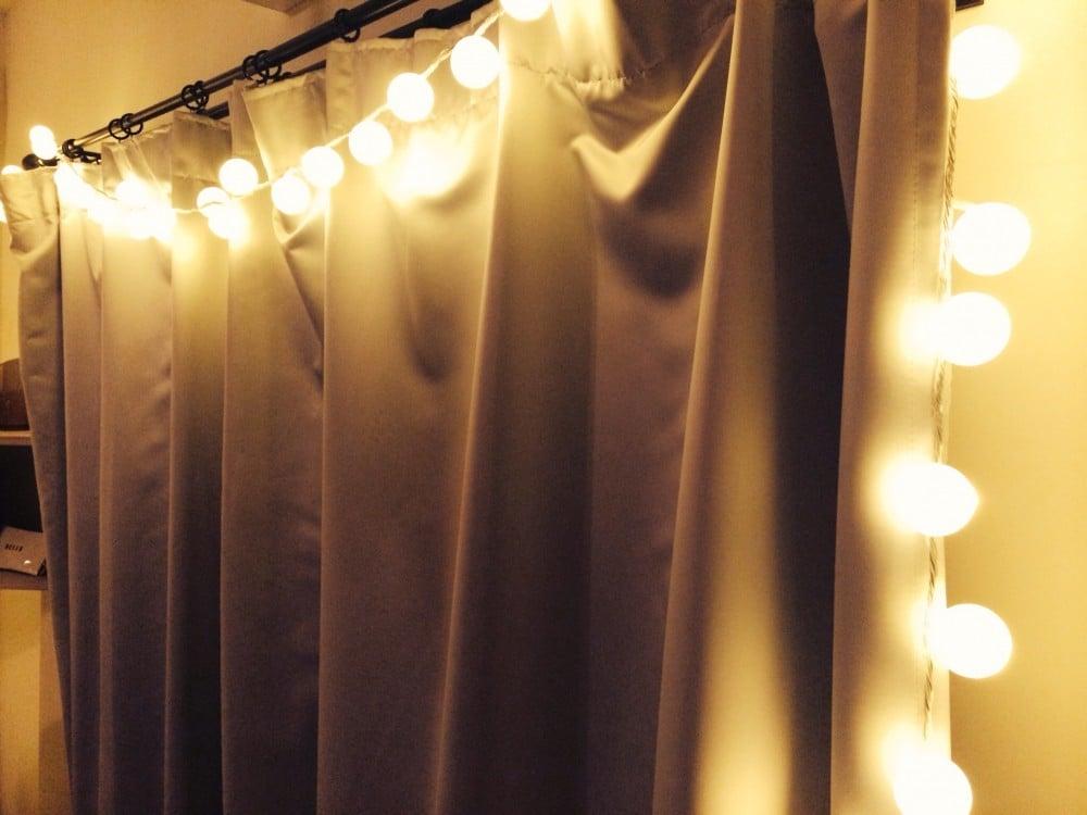 手作りしたガーランドライトをカーテンレールに吊るしてみる