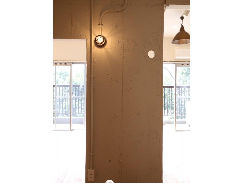 ライトアップされた凹凸のある壁