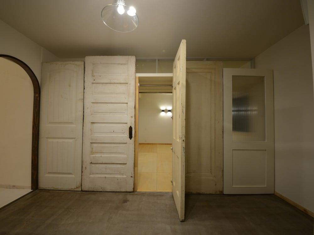 中央3枚のアンティークドアはクロゼットの扉
