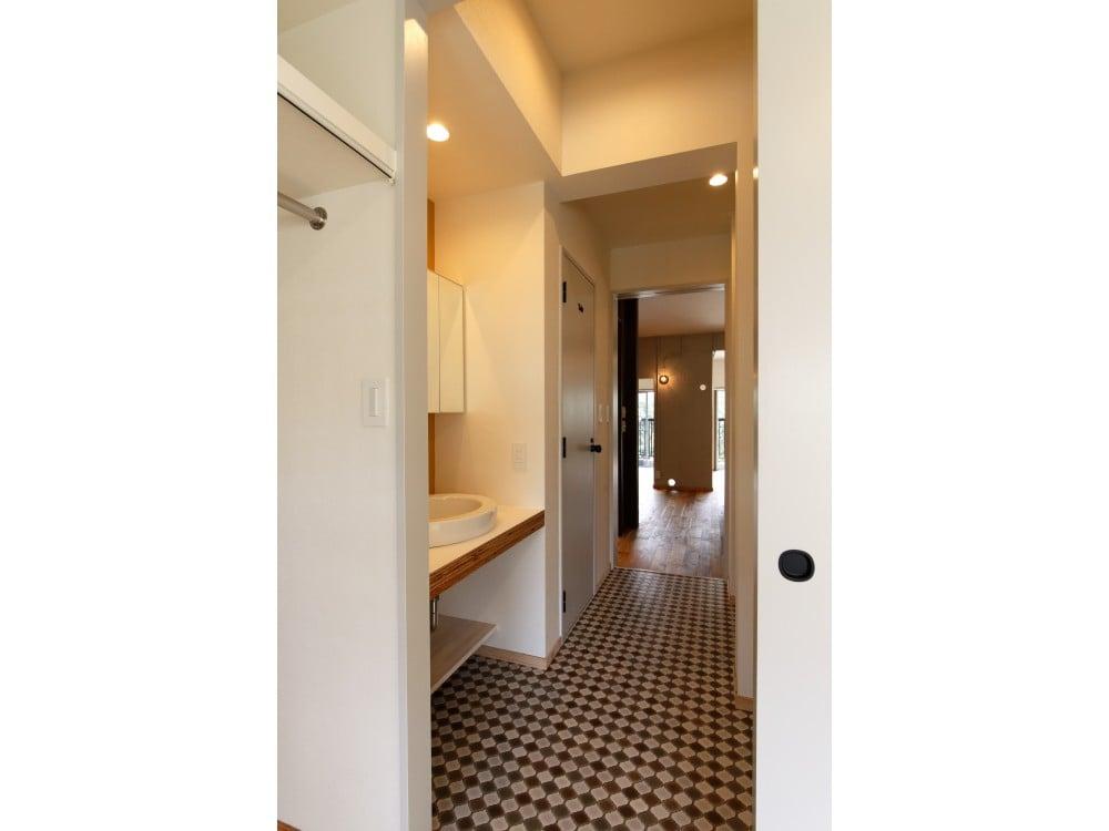 扉が一直線上にある洗面室