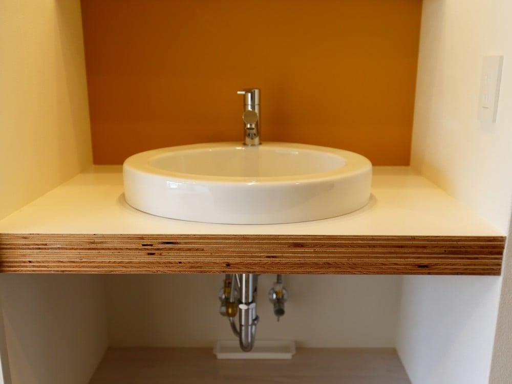 コンパクトな洗面化粧台(半埋め込みタイプの洗面ボウル)