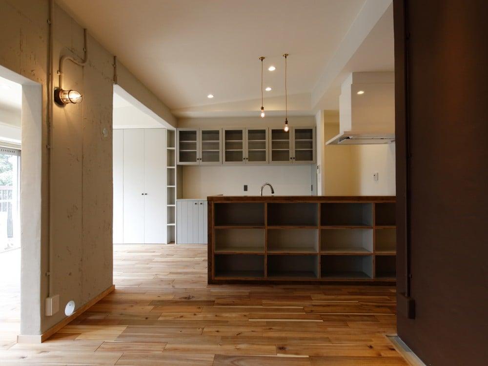 ディスプレイスペースが3つ並ぶキッチン