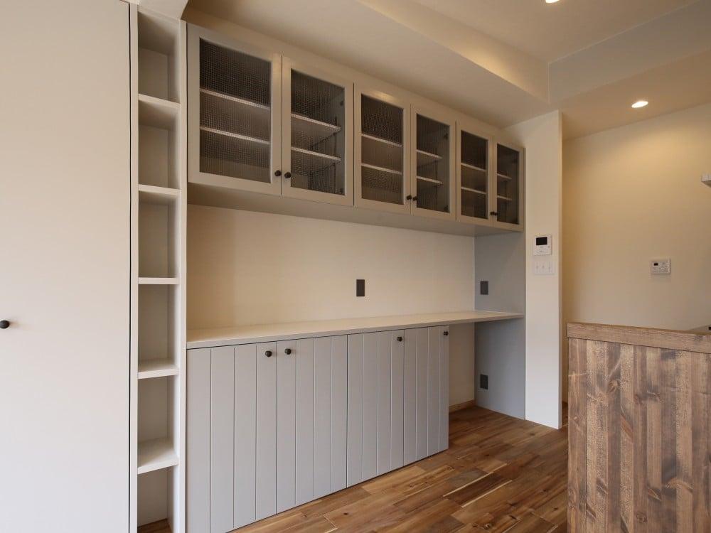 キッチンボードの横には天井までの収納があります。