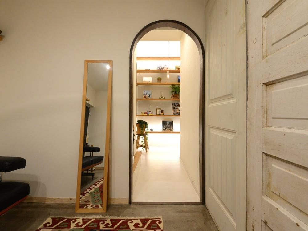 玄関(土間)から見たギャラリースペース兼廊下