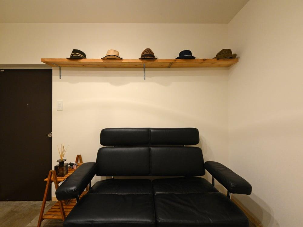 チャールズ&レイ・イームズデザインのクラシックソファが玄関に