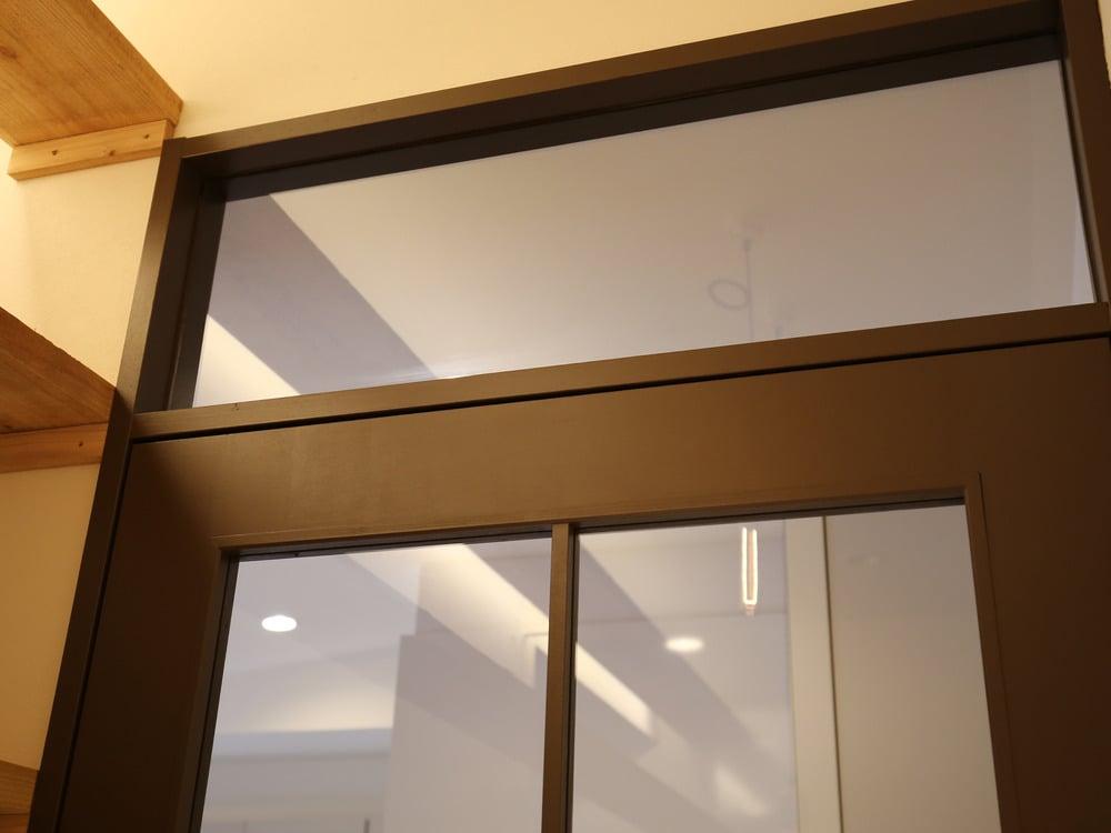 ドアの上部にもガラス窓を配置。