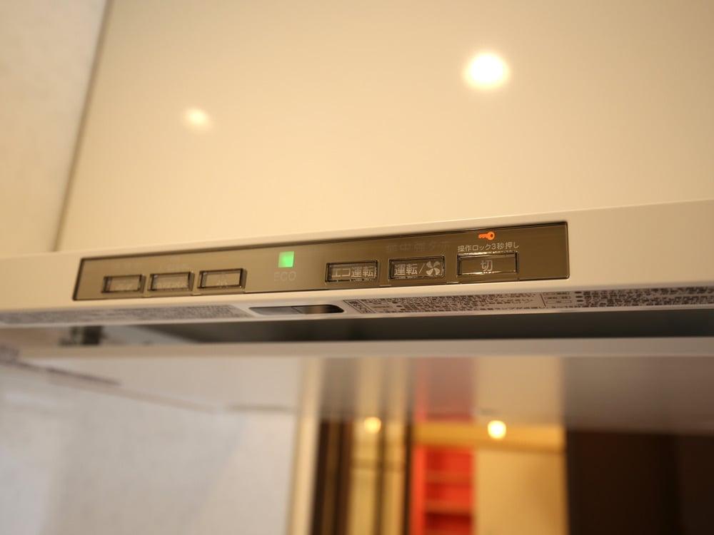 一番左が洗浄ボタン。ファンをフィルターを自動で洗ってくれます