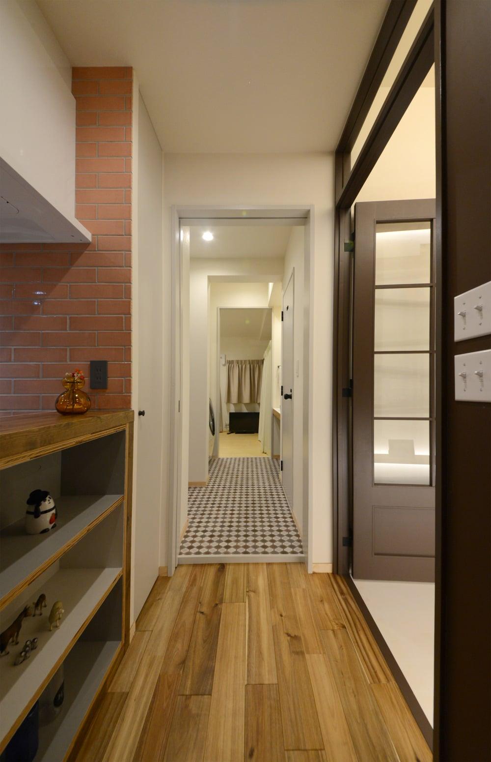 手前からリビング→洗面室→寝室という順番