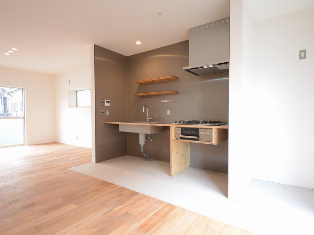 キッチンスペースの床はモルタル