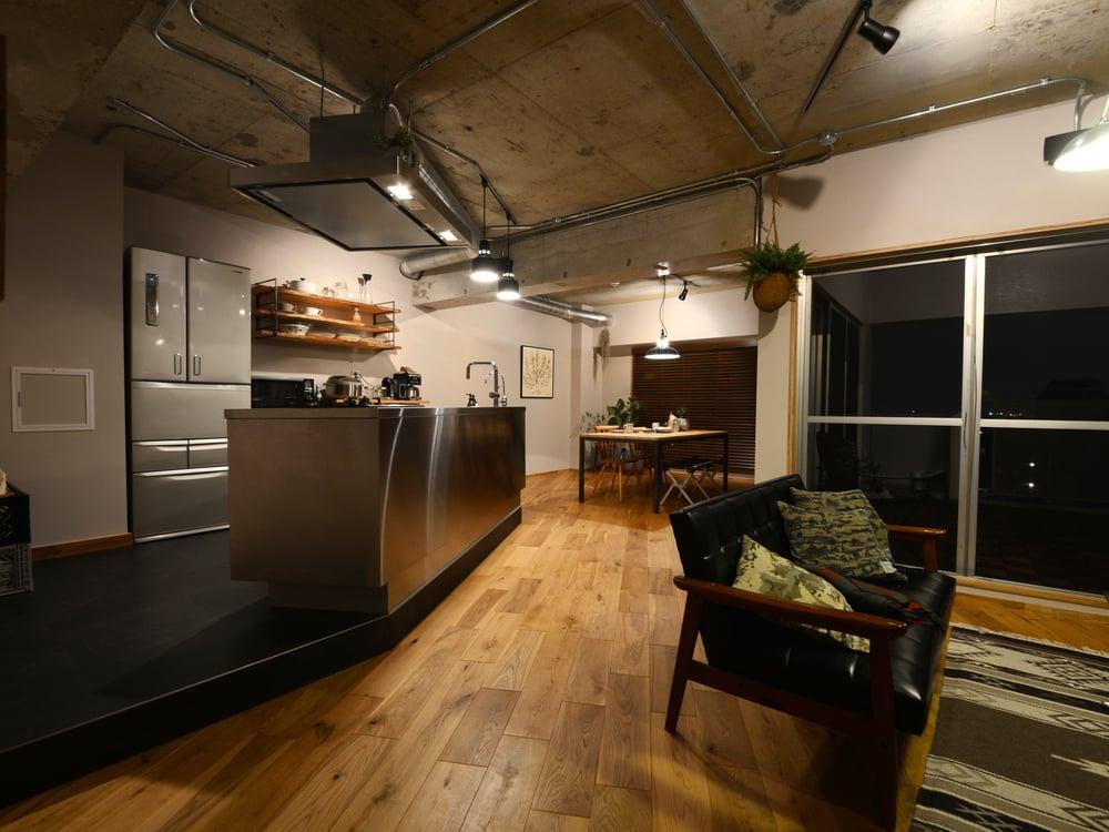 リビング入口付近からみたキッチン。斜めに配置されている。