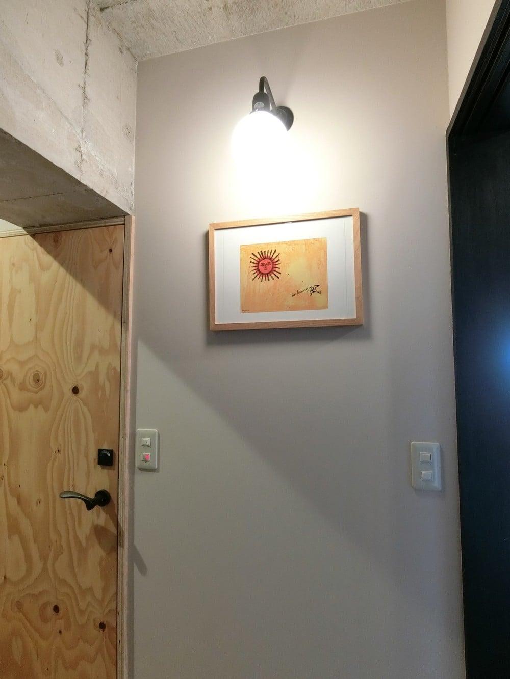アンディ・ウォーホルのアートをブラケットライトの下に。