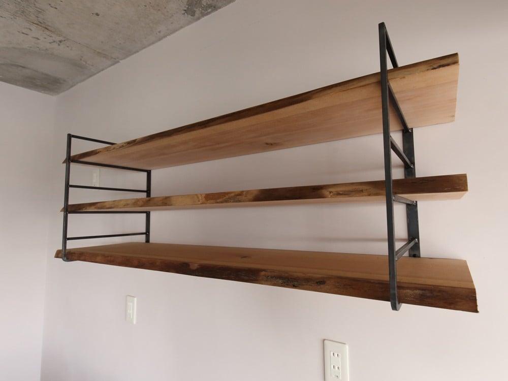 耳付き古材を棚板として使用