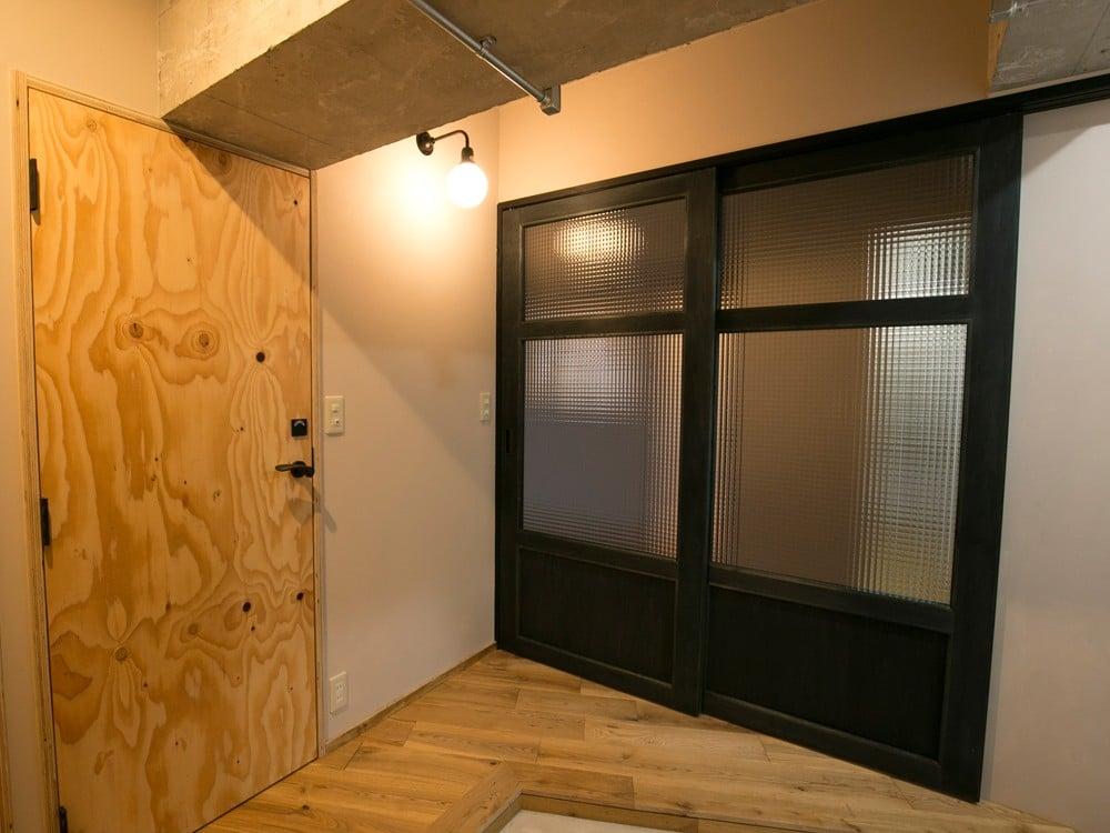 チェッカーガラス入りの扉