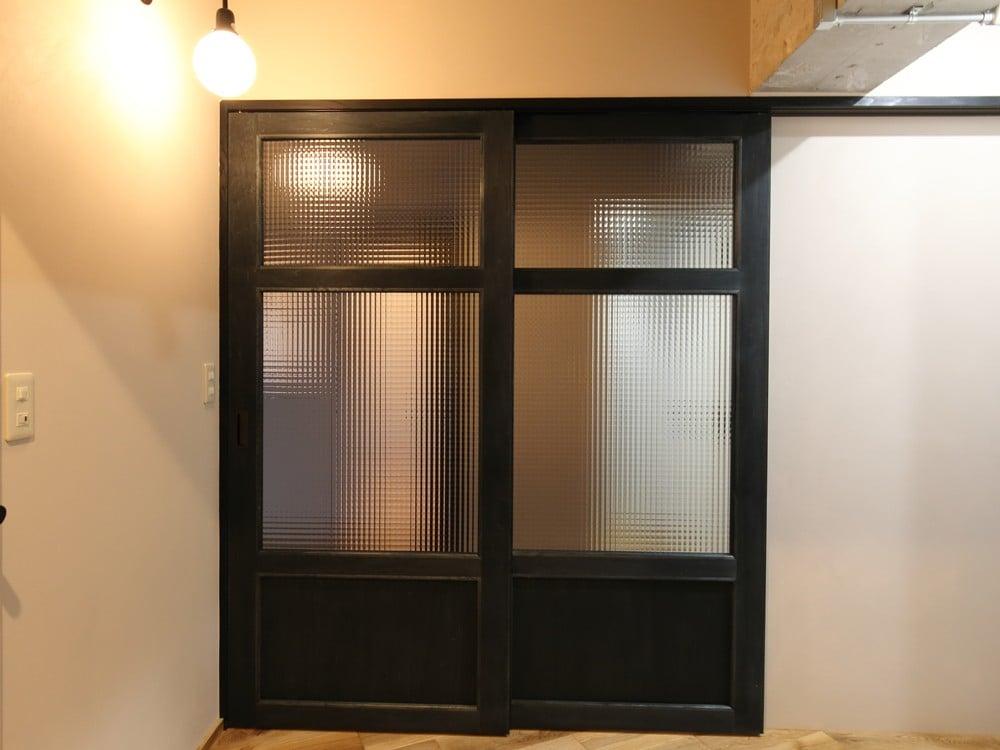チェッカーガラスが特徴の大きな扉