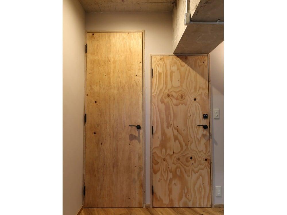 構造用合板でつくられた扉