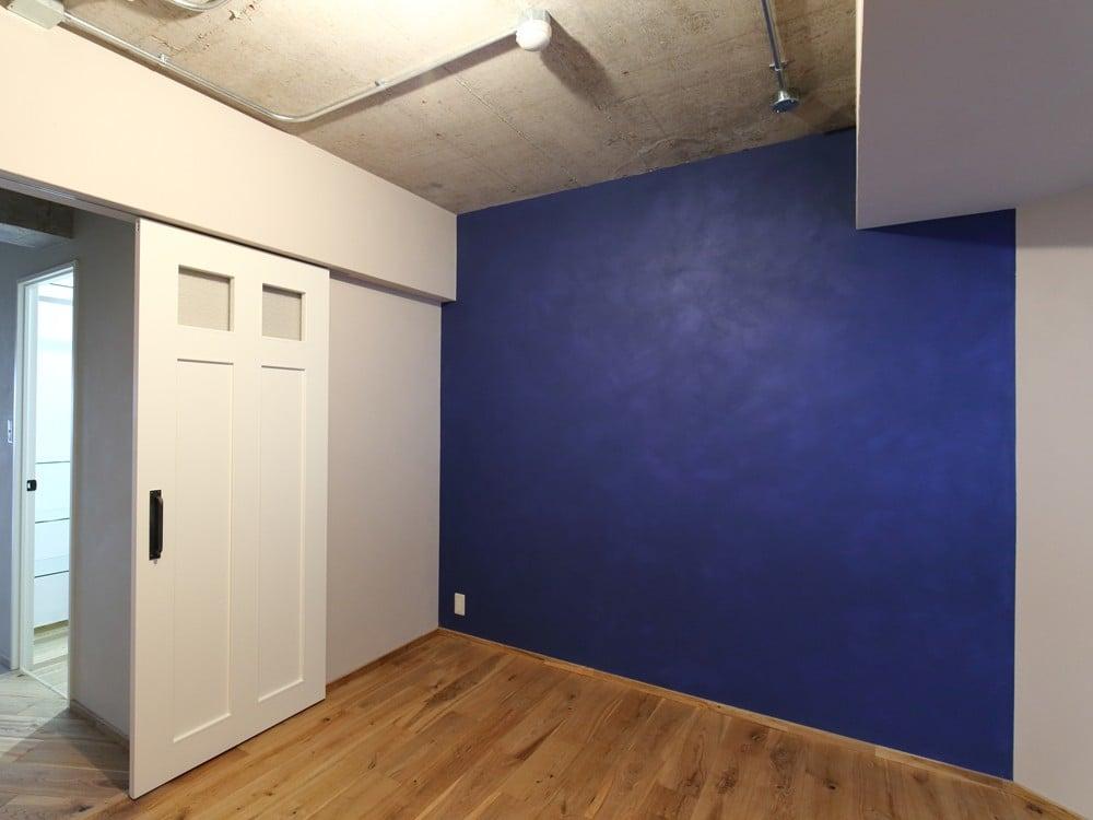 塗り跡が残り、温かみのある壁
