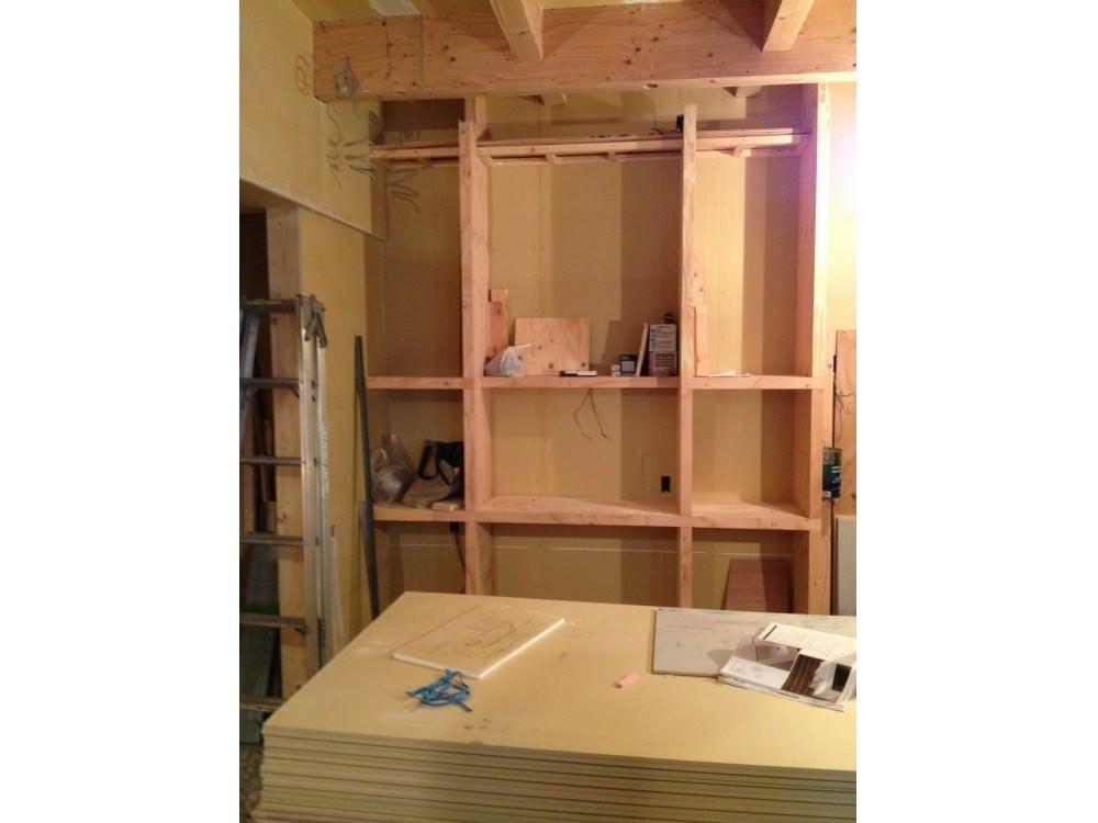 造付け棚を施工中の様子
