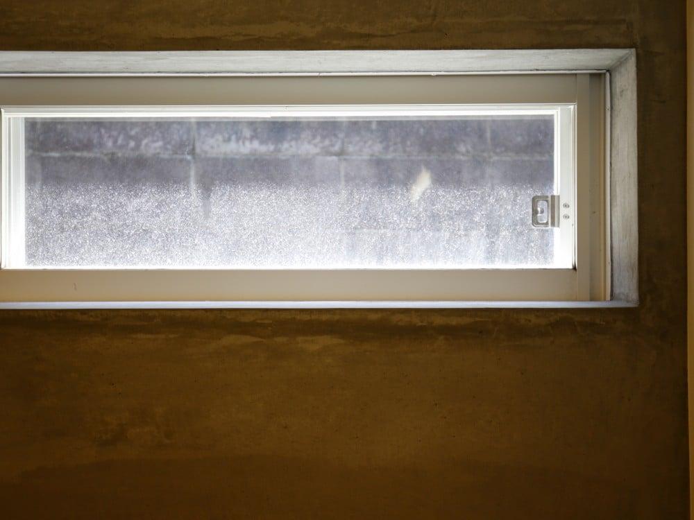 高い位置に設けられた横長の窓