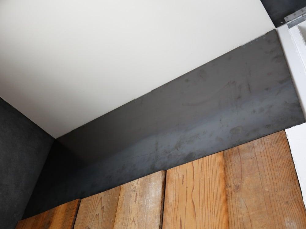 鉄板を棚の扉に利用