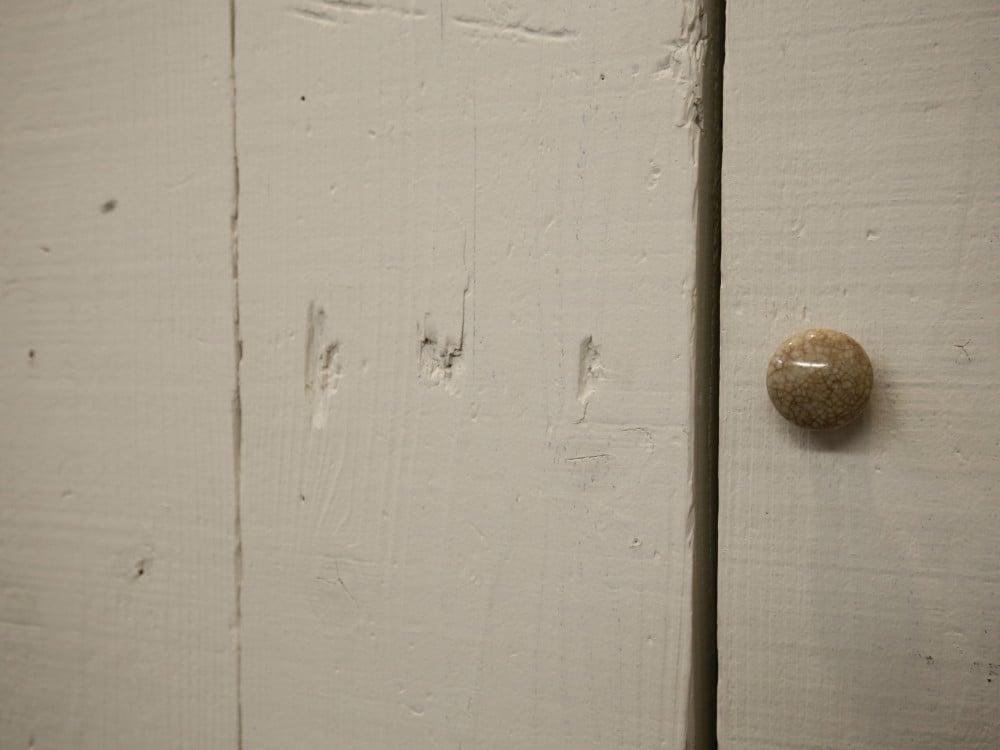 素材感の残る扉