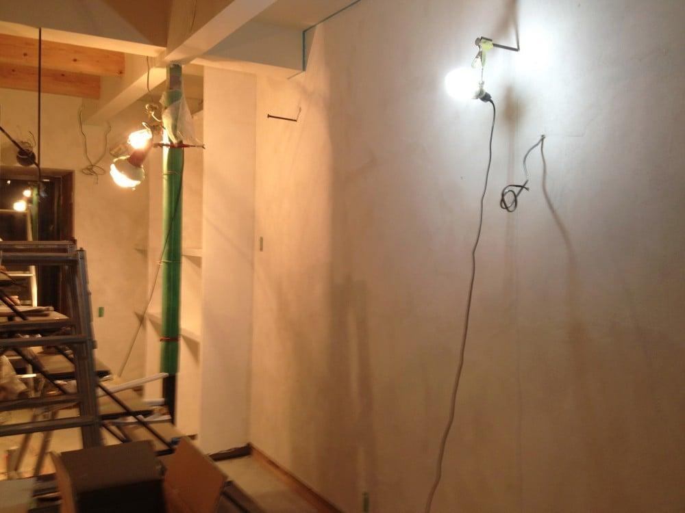 施工中はライトを引っ掛けるフックに。