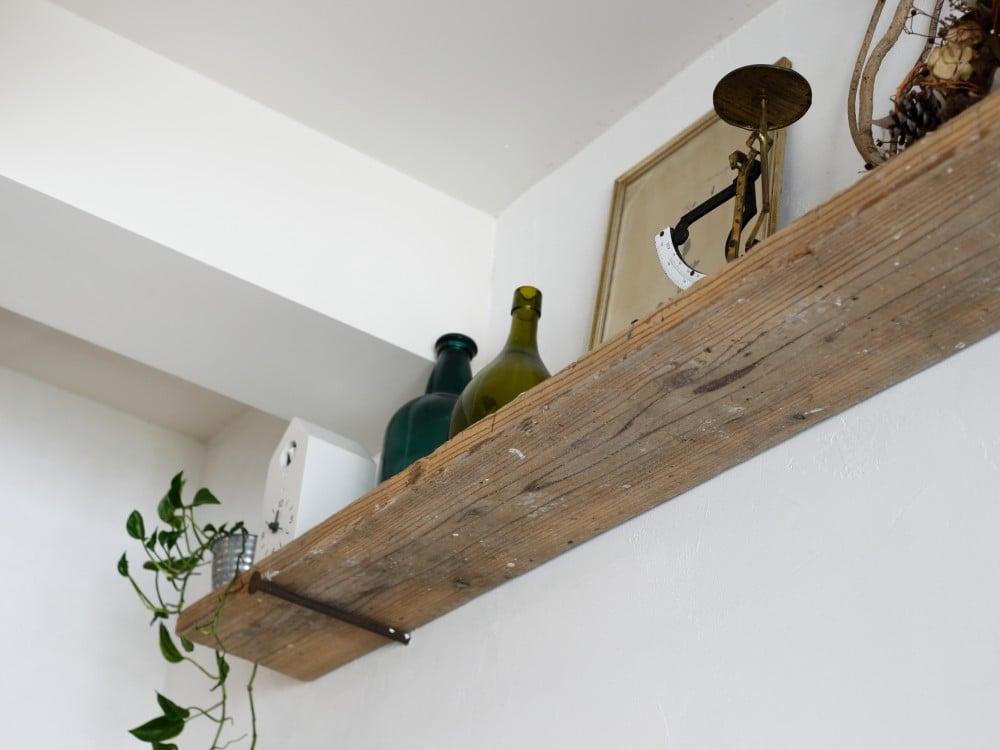 アンティークの釘と足場材で作られた棚