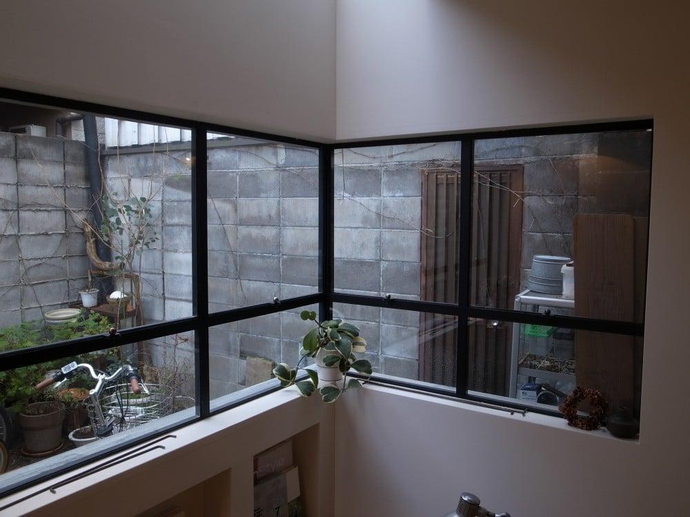 窓ガラスを設置して完成