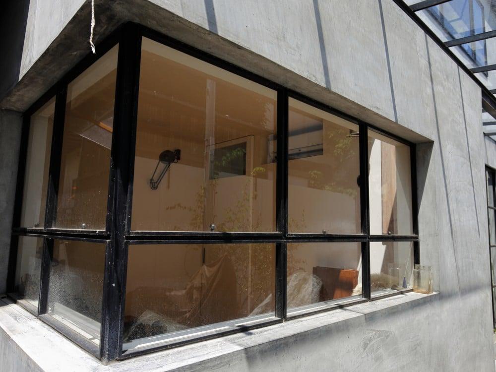 外から鉄製の窓枠
