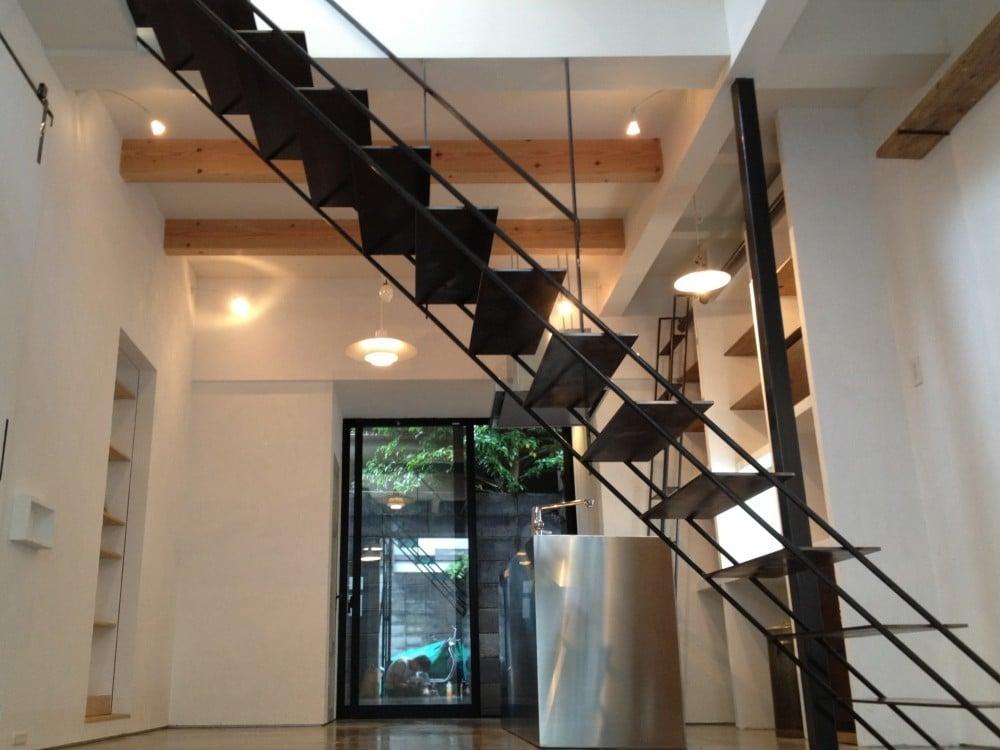 アイアン製の階段上部は吹き抜けに。