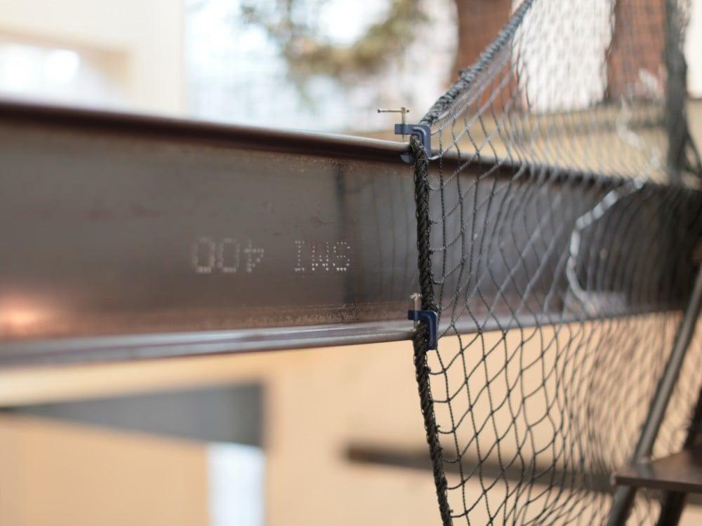 ミニサイズの板クランプでネットを固定。