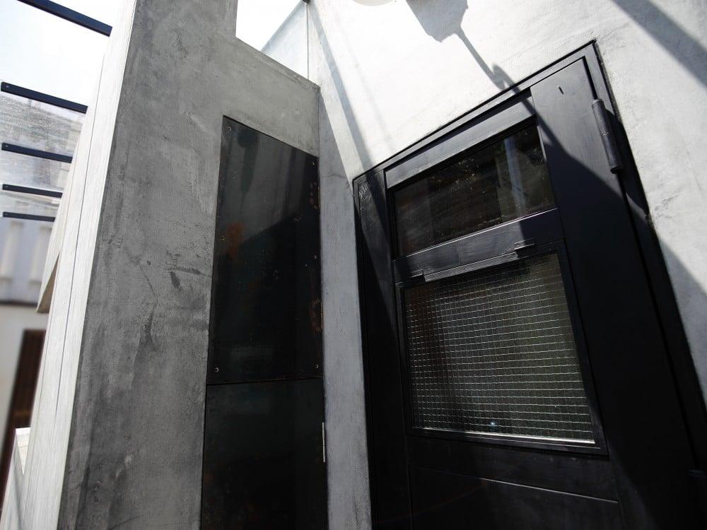 モルタルの外壁とアイアンの扉