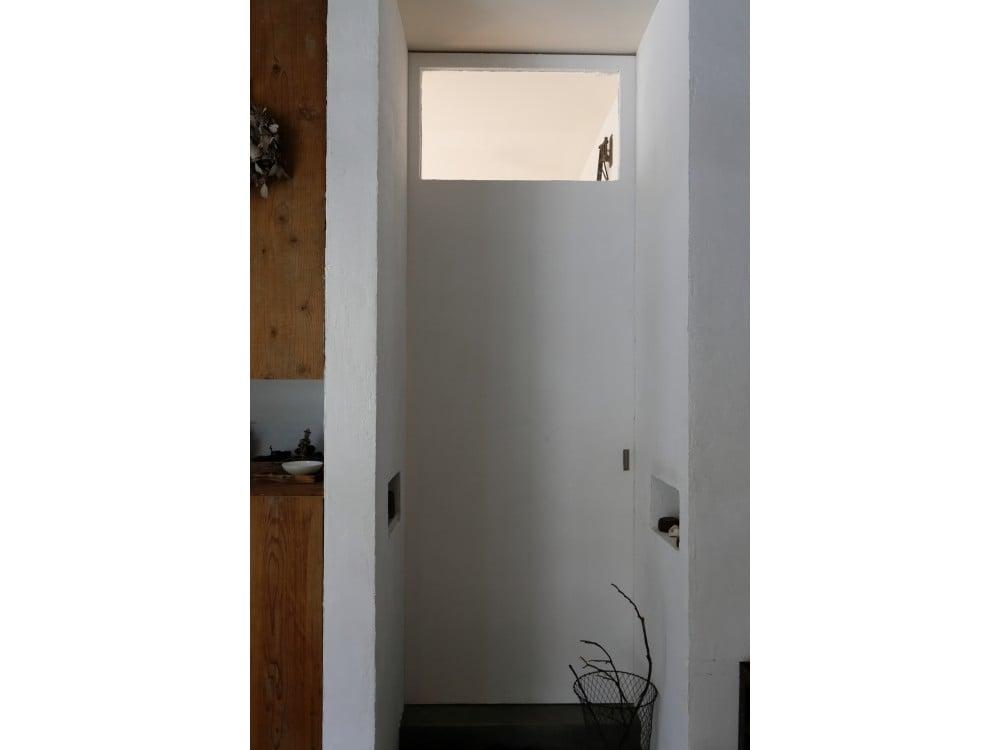 天井まである大きな扉