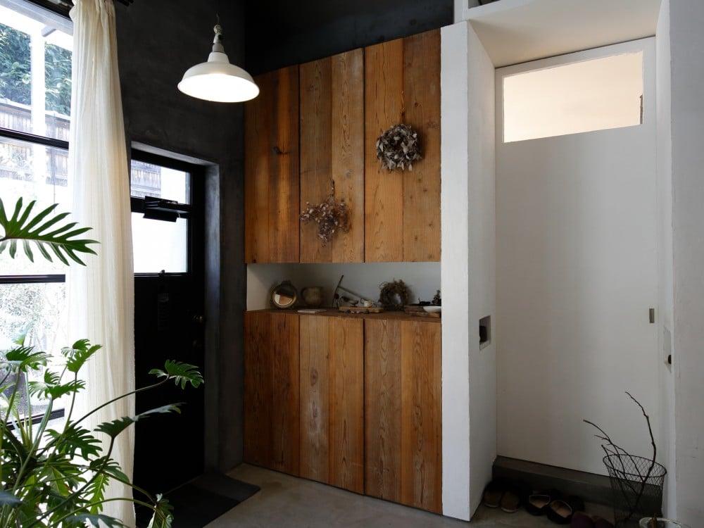 足場板と漆喰の壁も玄関のライン