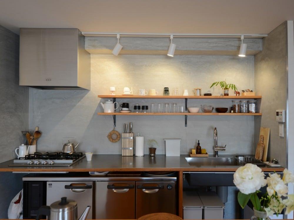 壁面をモルタルで仕上げたキッチン