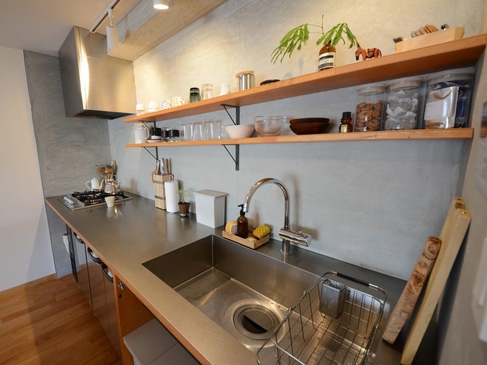 施工から1年半後のモルタル壁面(キッチン)