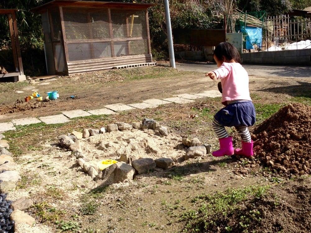 砂場の枠として使った石を引き抜かれる
