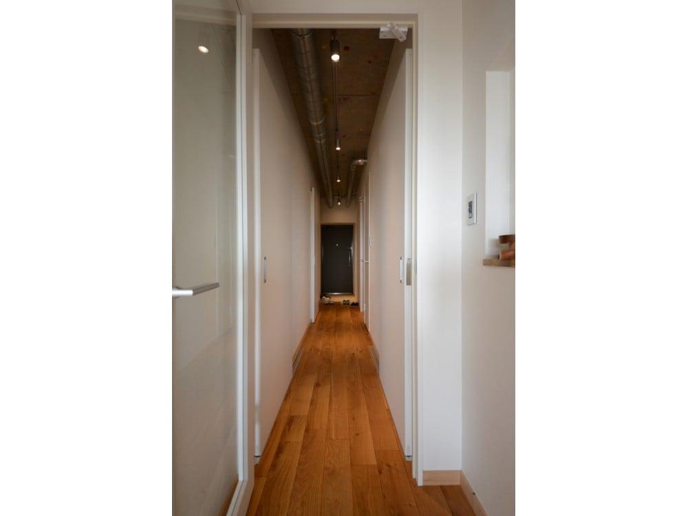 オーク材の床とインダストリアルな天井