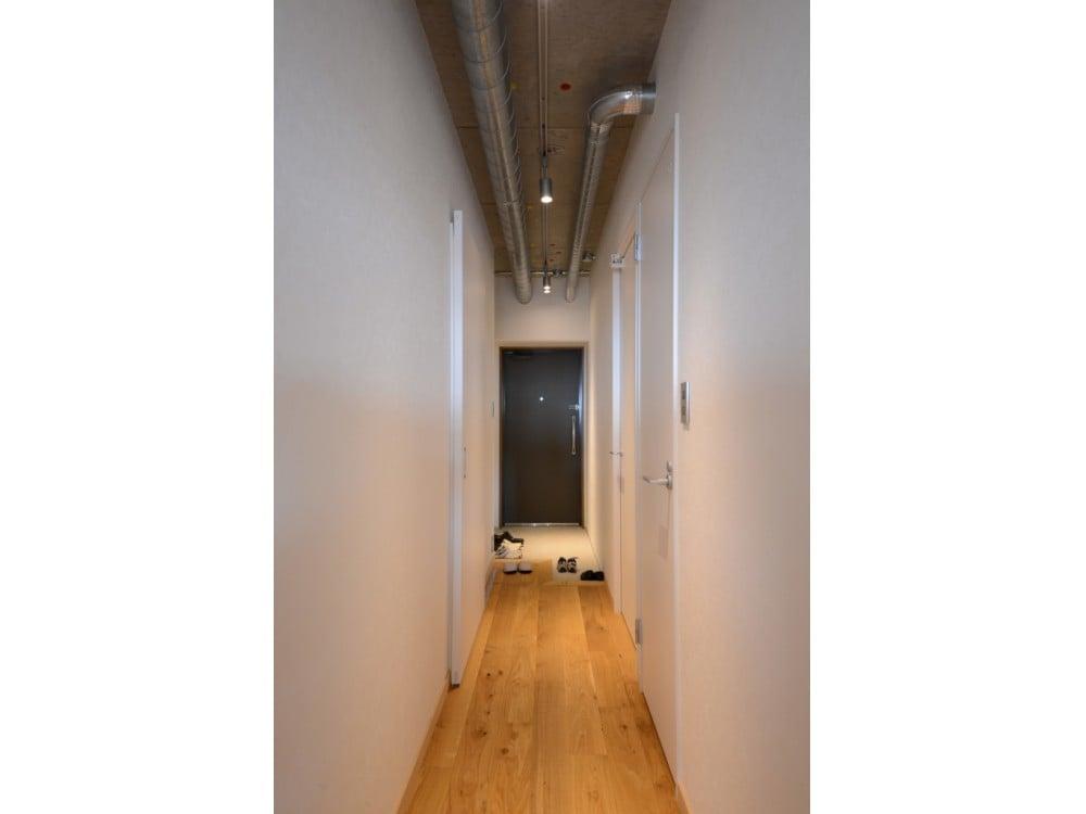 天井高のある廊下