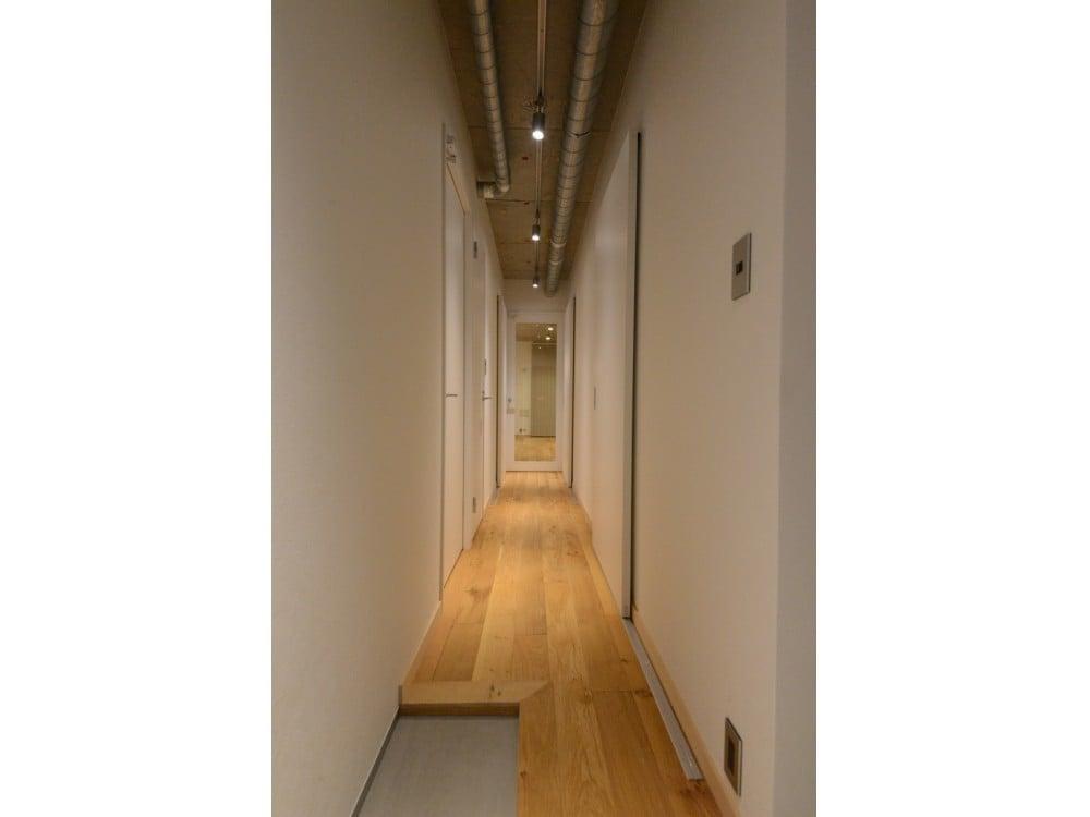インダストリアルな廊下を持つ天井
