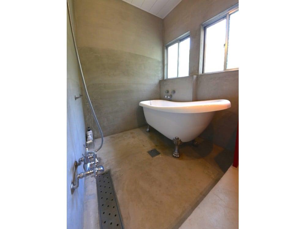 浴室は一段低くなっています。