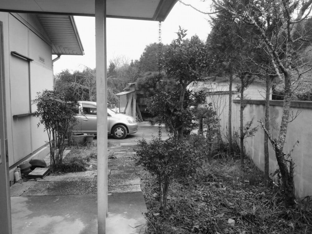 玄関から倉庫を見る
