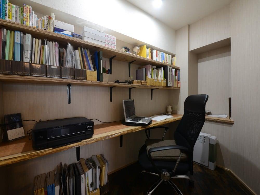 長いカウンターが設置された書斎