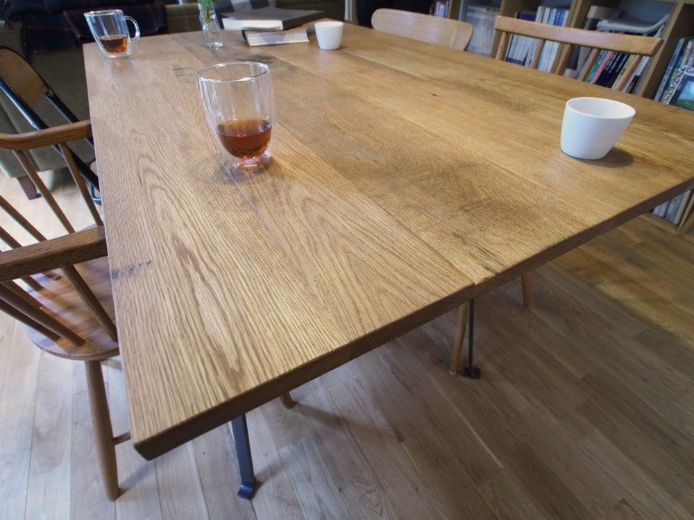 ダイニングテーブルの天板はオーク材
