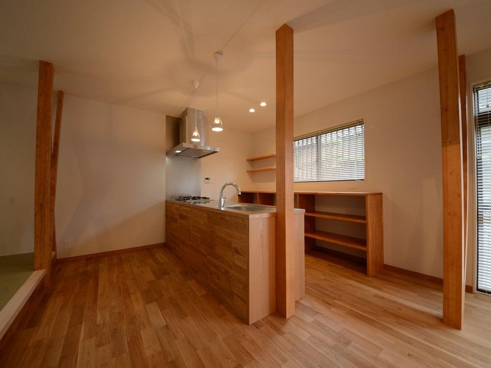 ナラ材をメインとして温もりのあるキッチンに。
